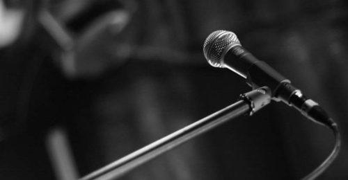 Un Microfono Per Cantante 825x420