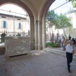 tomba di Dante, Quadriportico