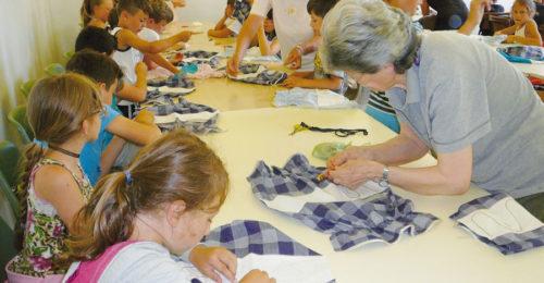 un laboratorio di cucito organizzato da volontarie Auser con bambine del territorio