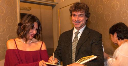 Alberto Angela firma autografi