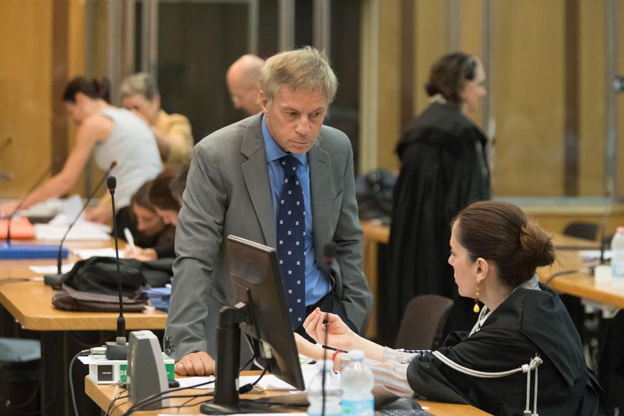L'avvocato Scudellari parla con la pm Cristina D'Aniello