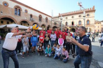RAVENNA 30/09/2018. VOLLEY PALLAVOLO. I Giocatori Del Consar Grar Ravenna In Piazza Del Popolo Palleggiano Con Bimbi