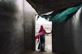 Una delle foto del reportage in Yemen con cui Lorenzo Tugnoli ha vinto il Pulitzer e il World Press Photo. Una donna sulla porta di una casa senza tetto dove vive con la famiglia dopo la fuga dal paese natale di Al-Jarahi (credit Washington Post/Contrasto)