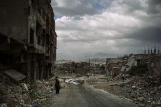 Una delle foto del reportage in Yemen con cui Lorenzo Tugnoli ha vinto il Pulitzer e il World Press Photo. Gli edifici distrutti nella zona di Al-Jahmaliya a Taiz (25 novembre 2018, Washington Post/Contrasto)