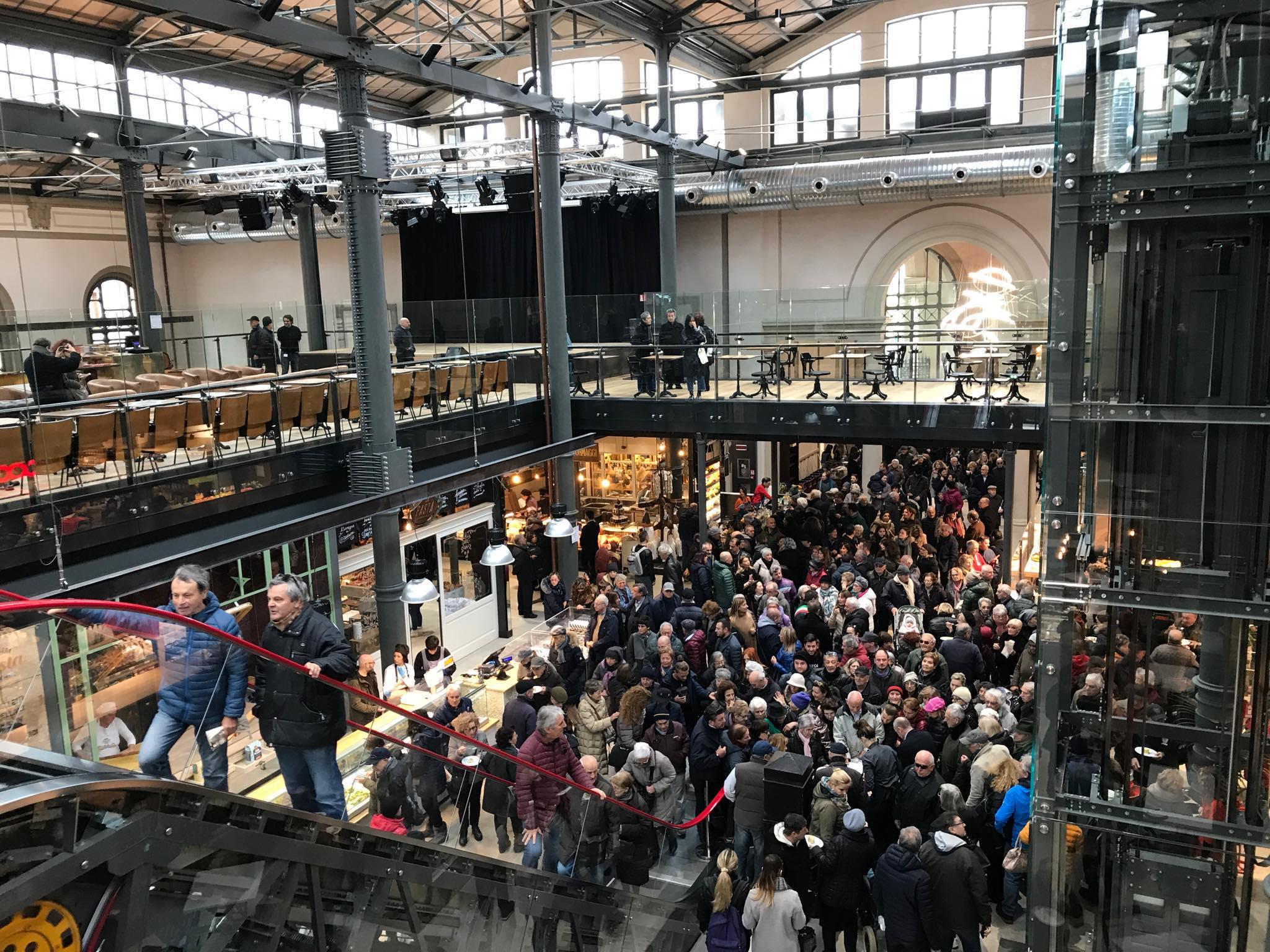 Storico taglio del nastro davanti a una folla di ravennati: il mercato coperto ha riaperto ufficialmente i battenti - FOTO