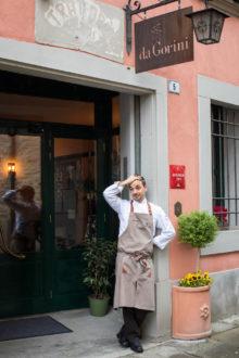 Gianluca Gorini all'entrata del suo ristorante a San Piero in Bagno. Il locale occupa gli spazi che fino al 2014 erano della Locanda del Gambero Rosso