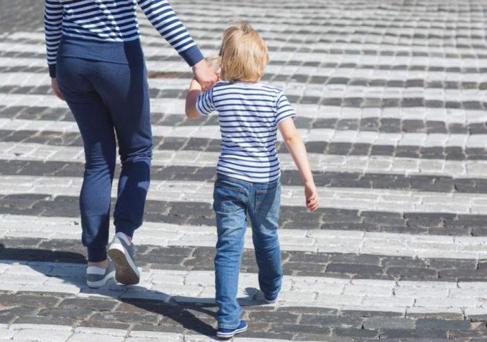 Shutterstock Mamma Figlio Passeggiata 1280x720