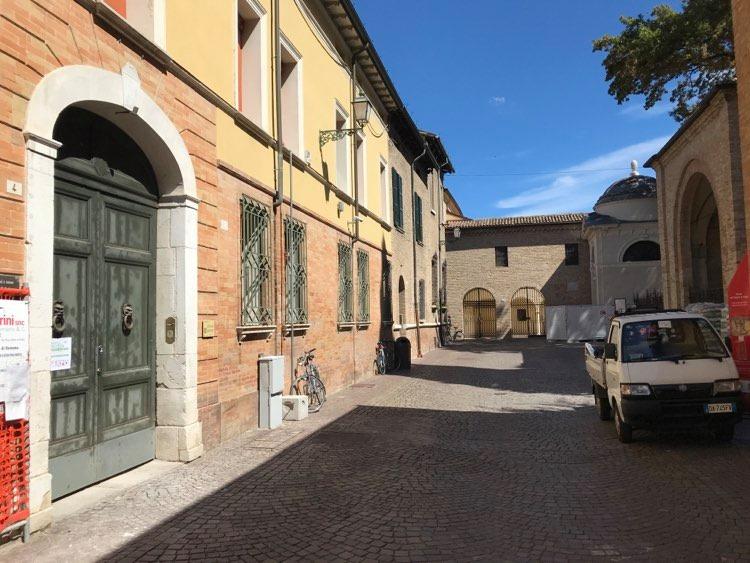 L'ingresso di quella che diventerà Casa Dante, all'ex emeroteca