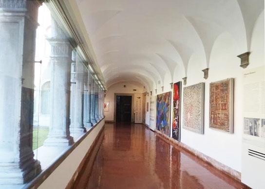 Il loggiato a piano terra del Mar dove era allestita la collezione di mosaici moderni e cntemporanei