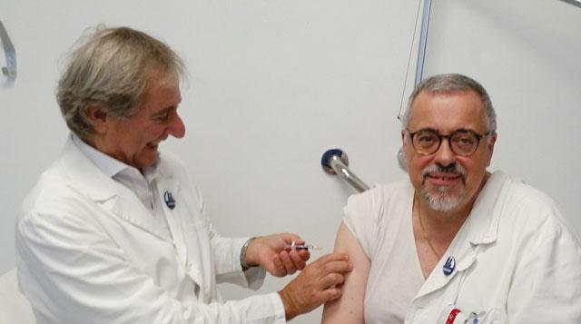 Il dottor Falcinelli assume il vaccino anti-influenzale nel 2019, di cui era testimonial sul territorio. Ora si è appena vaccinato contro il Covid