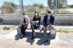 Da Sx Gli Assessori Ouidad Bakkali, Federica Del Conte E Giacomo Costantini Sulla 'panchina Smart' Del Progetto DARE